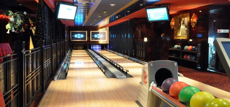 Norwegian Pearl bowling alley