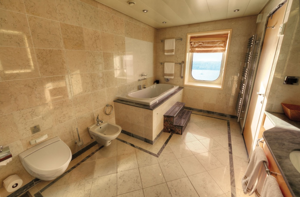 Queen Mary 2 Queens Grill Grand Duplex Bathroom