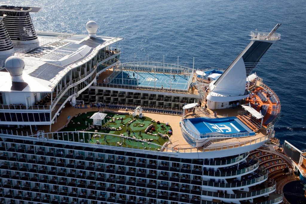 Royal-Caribbean-International-Oasis-of-the-Seas-at-sea